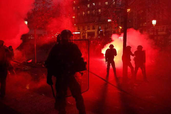 Сотрудники полиции во время демонстрации в Париже, 5 декабря 2019 года