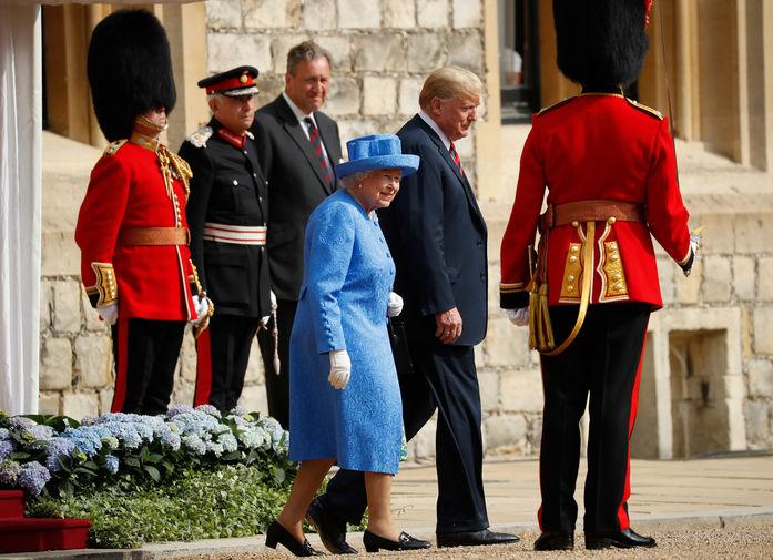С президентом США Дональдом Трампом Елизавета II встречалась трижды. Она принимала его в Букингемском дворце 2018-м и 2019-м годах (во второй раз он прибыл с государственным визитом вместе со всей семьей, включая дочь Иванку и ее мужа Джареда Кушнера). В конце 2019-го Трамп прилетал в Лондон на саммит НАТО — тогда для глав государств тоже был устроен прием в резиденции королевы. На фото Елизавета II и президент США Дональд Трамп во время мероприятия в Виндзорском замке в 2018 году.