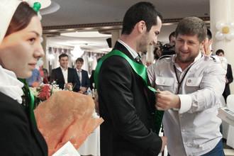 Глава Чеченской Республики Рамзан Кадыров награждает лучшую танцующую пару на республиканском выпускном вечере в Грозном, 2014 год