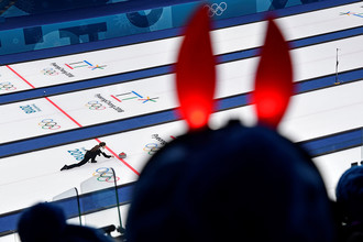 Российская спортсменка Анастасия Брызгалова во время матча за третье место турнира по керлингу Россия – Норвегия на соревнованиях в дисциплине дабл-микст на Олимпийских играх в Пхенчане, 13 февраля 2018 года