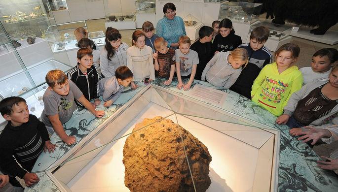 Дети осматривают метеорит Челябинск в одном из залов краеведческого музея Челябинска