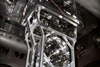 одно из 40-килограммовых зеркал детектора LIGO
