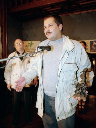 Вручение литературной премии «Странник» за лучшие произведения 1998 года. На снимке: главного «Странника» в категории «Крупная форма» получил Сергей Лукьяненко за роман «Ночной дозор», 1999 год