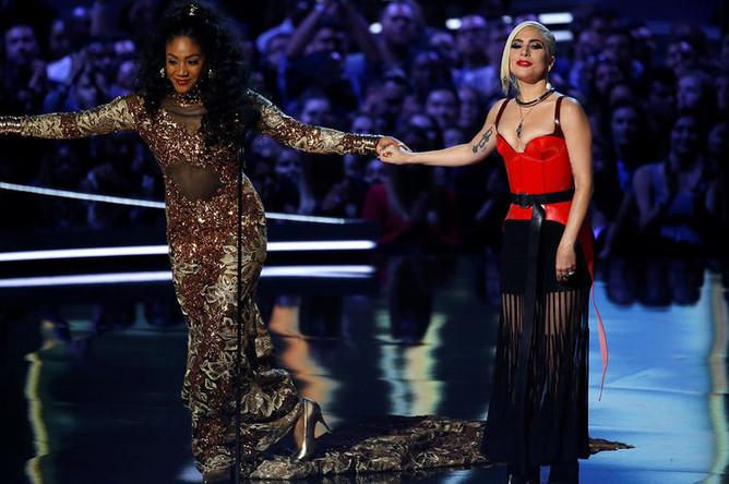 Певица Леди Гага и ведущая церемонии Тиффани Хаддиш