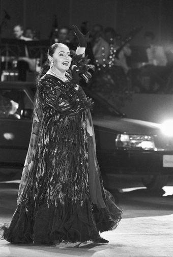 Певица Надежда Бабкина во время выступления в Москве, 1994 год