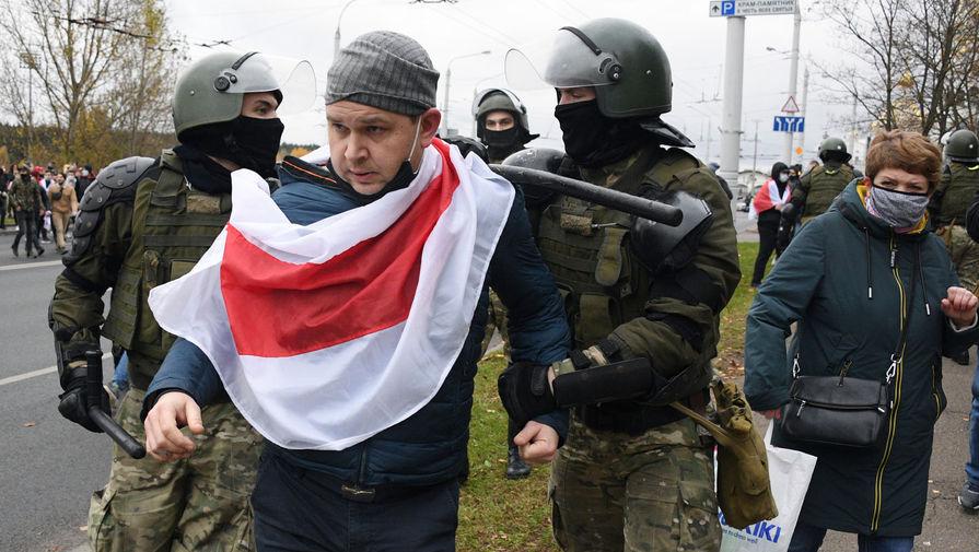 Силовики задерживают участника акции протеста в Минске, 1 ноября 2020 года