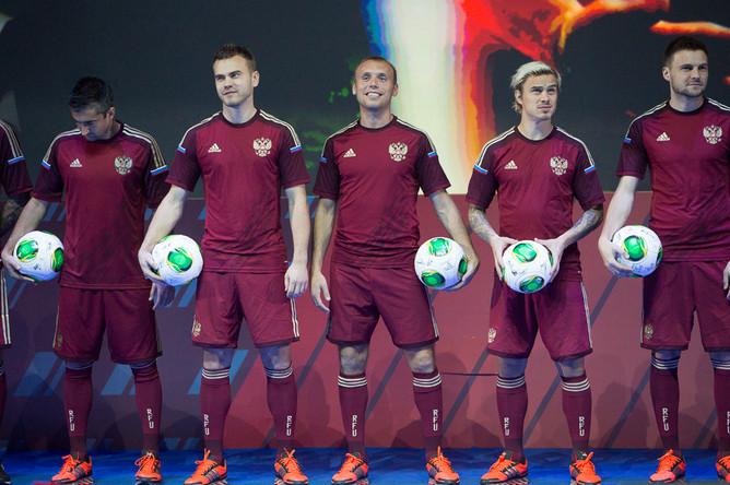 Игроки сборной России (слева направо): Александр Самедов, Игорь Акинфеев, Денис Глушаков, Андрей Ещенко и Владимир Гранат