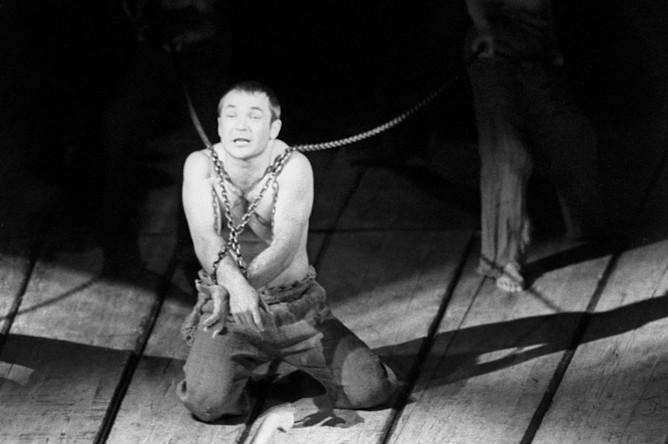 Спектакль «Пугачев» на сцене Театра на Таганке (постановка Юрия Любимова). Николай Губенко в заглавной роли. 1967 год