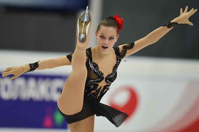 Аделина Сотникова выступает с короткой программой на соревнованиях четвертого этапа Гран-при по фигурному катанию, 2012 год