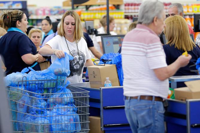 Очередь в супермаркете в городе Хайалиа, штат Флорида. 5 сентября, 2017 года.
