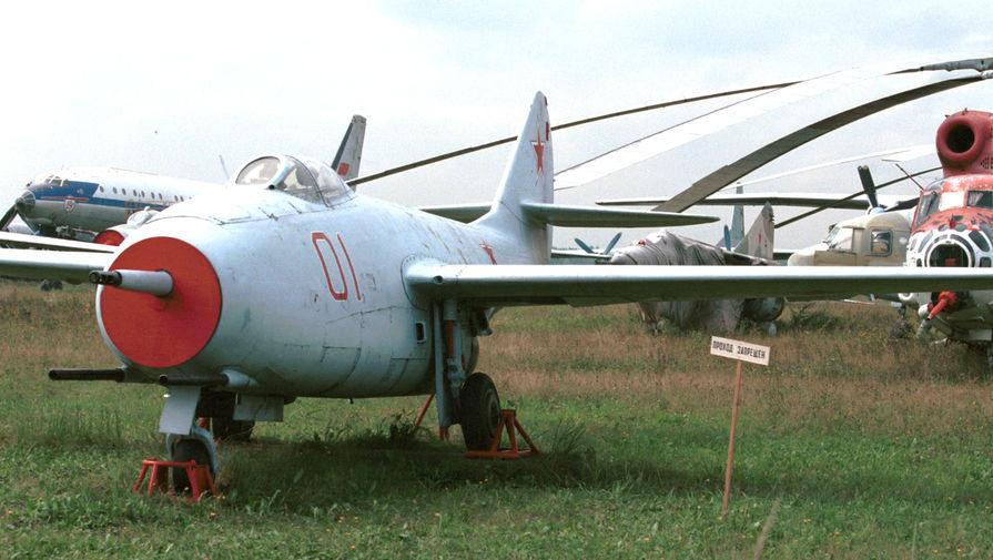 Первый российский реактивный истребитель МиГ-9 на выставке в Монино, 1999 год