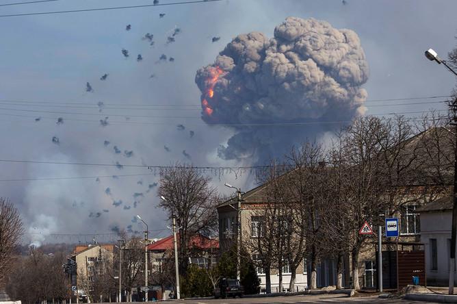 Горящие склады на военной базе в городе Балаклея Харьковской области Украины, 23 марта 2017 года
