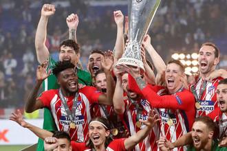 «Атлетико» празднует победу в Лиге Европы, Фернандо Торрес поднимает кубок
