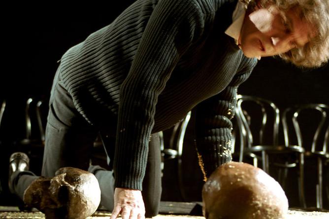 Валерий Гаркалин в роли Гамлета в спектакле Московского драматического театра им. К.С.Станиславского, 2002 год