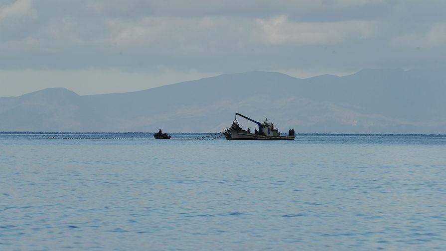 Загоревшееся российское судно в Охотском море буксируют к берегу