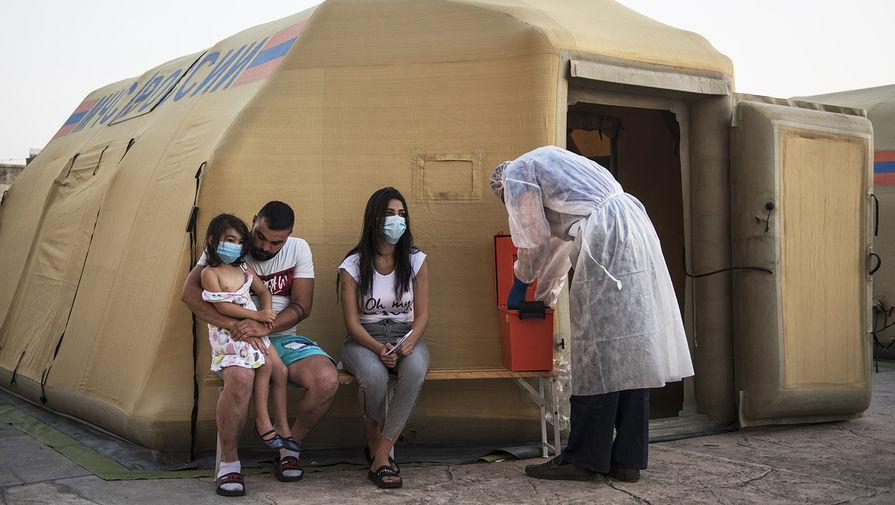 Местные жители во время посещения мобильного госпиталя МЧС РФ в Бейруте, 6 августа 2020 года