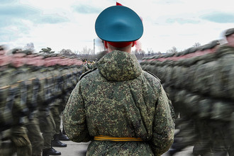 Участники пеших колонн парадного расчета войск Московского гарнизона Центрального военного округа во время тренировки военного парада, посвященного 71-й годовщине Победы в Великой Отечественной войне, на подмосковном полигоне в Алабино