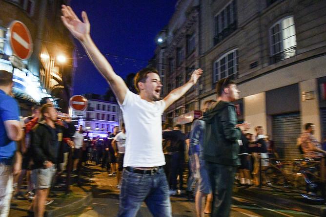 Болельщики во время беспорядков на одной из улиц Лилля