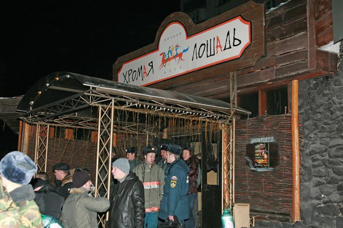 На месте пожара в ночном клубе «Хромая лошадь» в Перми, 5 декабря 2009 года