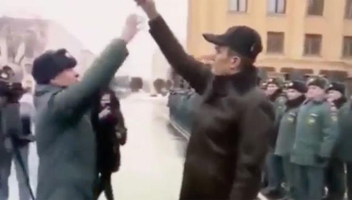 Глава Чувашии Михаил Игнатьев выдает ключи от пожарной машины сотруднику МЧС