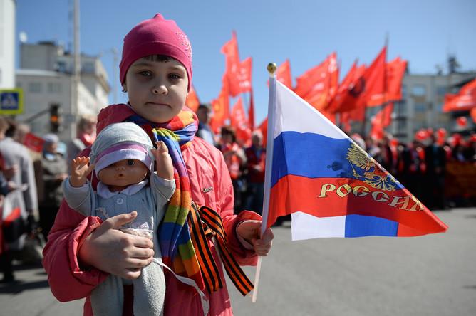 Юная участница первомайской демонстрации КПРФ в Екатеринбурге, 1 мая 2017 года