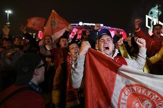 Болельщики «Спартака» развернули флаги клуба около стадиона «Открытие Арена» в Москве в связи с досрочной победой красно-белых в чемпионате России