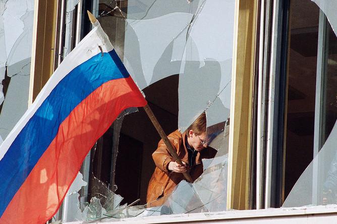 Флаг России в одном из окон Белого дома, 4 октября 1993 года