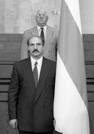 Президент Белоруссии Александр Лукашенко приносит присягу на заседании специальной сессии республиканского парламента, 1994 год