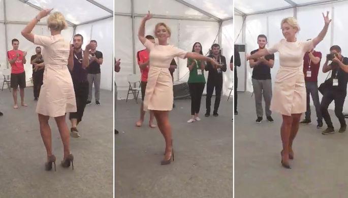 Официальный представитель МИД России Мария Захарова танцует лизгинку на молодежном форуме «Машук-2019» в в Пятигорске, 22 августа 2019 года