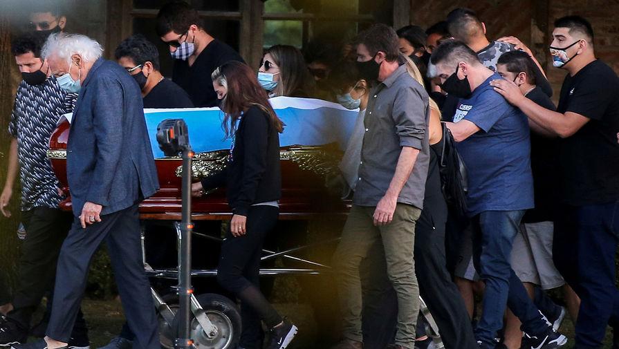 Друзья и члены семьи у гроба с телом Диего Марадоны на кладбище Белла-Виста в Буэнос-Айресе