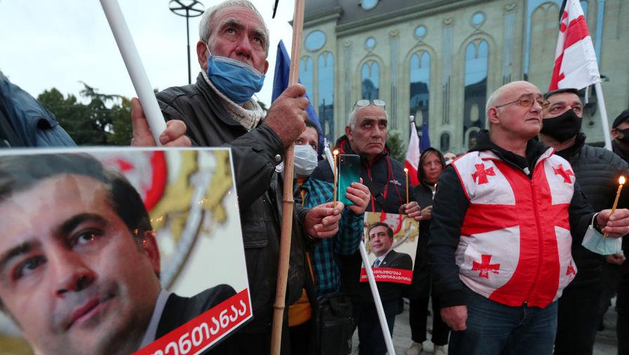 У здания парламента Грузии проходит акция с требованием освободить Саакашвили