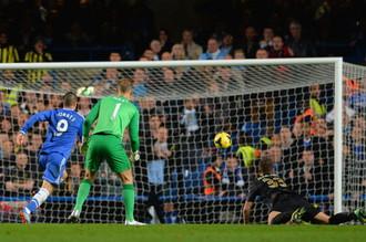 Фернандо Торрес забивает решающий мяч в ворота «Манчестер Сити» после ошибки Матии Настасича