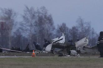 Обломки пассажирского самолета Boeing 737 в аэропорту Казани