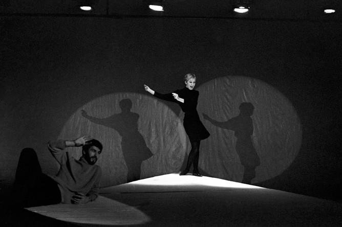 Спектакль «Антимиры» на сцене Театра на Таганке (постановка Юрия Любимова). Алла Демидова читает монолог Мэрилин Монро. 1965 год