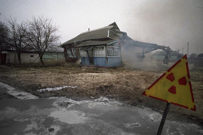 Одна из покинутых деревень в районе Чернобыльской АЭС сносится из-за поражения радиацией