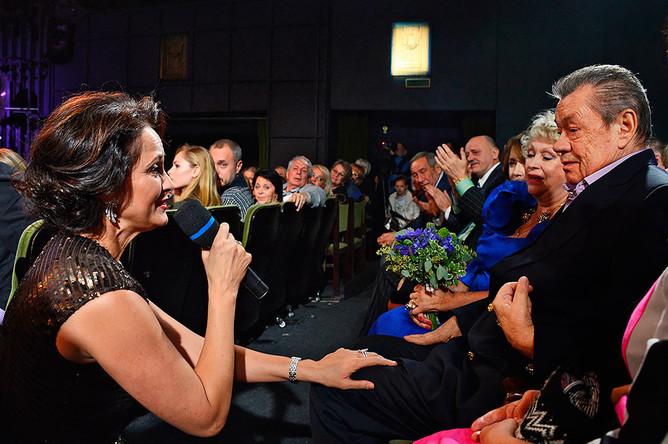 Актриса Ольга Кабо (слева) поздравляет актера Николая Караченцова на юбилейном вечере в честь 70-летия артиста в «Ленкоме»