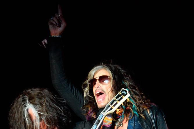 Гитарист Джо Перри и вокалист Aerosmith Стивен Тайлер на концерте в Москве