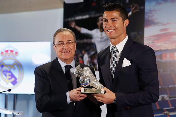 Президент «Реала» Флорентино Перес вручает Роналду памятный трофей