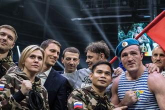 Российский боксер Денис Лебедев вместе со своим филиппинским тренером Марвином Сомодио празднует победу над Марком Флэнаганом в бою за титул чемпиона мира по версии Всемирной боксерской ассоциации (WBA) Super в первом тяжелом весе