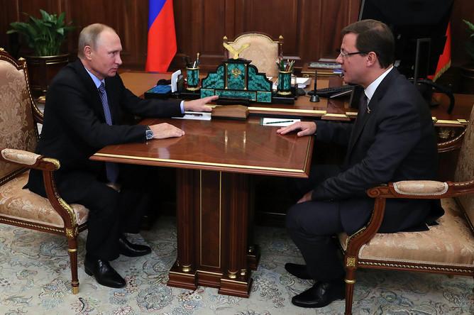 Президент России Владимир Путин и бывший сенатор от Самарской области Дмитрий Азаров во время встречи в Москве, 25 сентября 2017 года