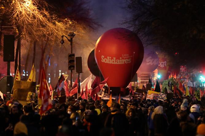 Во время акции протеста в Париже против пенсионной реформы, 5 декабря 2019 года