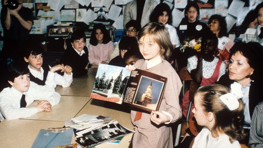 «Голубем мира» Катя Лычева стала после того, как в 1983 году Советский Союз с «миссией мира» посетила 10-летняя американка Саманта Смит. В 1985 году Саманта и ее отец погибли в авиакатастрофе. После этого американская организация «Дети как миротворцы» (Children as the Peacemakers) предложила организовать ответный визит в США советской школьницы. На фото: Катя Лычева среди американских школьников, Нью-Йорк, 1986 год