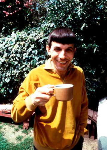 Леонард Нимой с чашкой кофе в Лос-Анджелесе, 1965 год