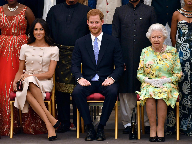 Американская телевизионная актриса Меган Маркл вошла в королевскую семью 19 мая 2018 года — тогда в часовне Святого Георгия состоялась ее свадьба с принцем Гарри. На фото Елизавета II с внуком, принцем Гарри, и его супругой, герцогиней Сассекской Меган, в 2018 году.