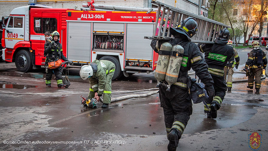 Экстренные службы на месте возгорания в гостинице «Вечный зов» на юго-востоке Москвы, 4 мая 2021 года