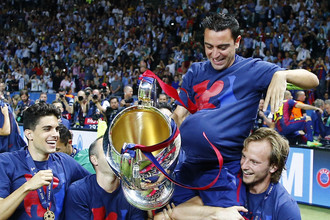 Игроки «Барселоны» качают Хави