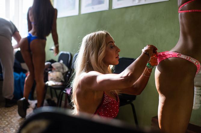 Участницы перед началом открытого Кубка Омской области по бодибилдингу, бодифитнесу, фитнесу и фитнес-бикини в молодежном центре «Химик» в Омске