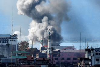 Дым после авиаудара армии Филиппин во время боев с исламистами группировки «Маут», 27 июня 2017 года