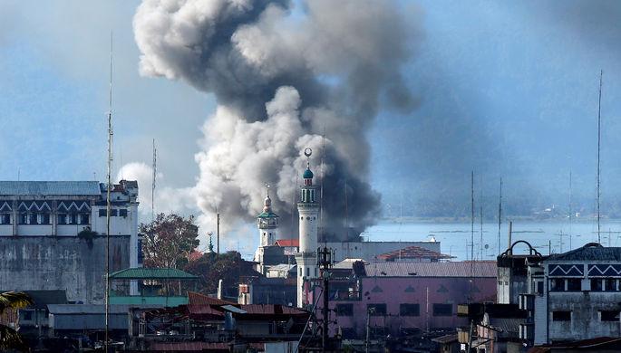 Дым после авиаудара армии Филиппин во время боев с исламистами группировки «Маут», 27...