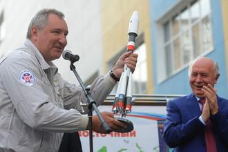 Зампред правительства России Дмитрий Рогозин с макетом ракеты-носителя «Союз-2.1а» и губернатор Самарской области Николай Меркушкин в Самаре, 2015 год